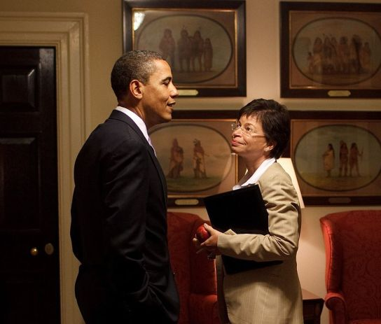 902px-Barack_Obama_and_Valerie_Jarrett_in_the_West_Wing_corridor_cropped
